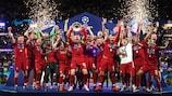 Jordan Henderson, capitaine de Liverpool, brandit le trophée à Madrid
