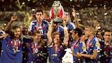 Didier Deschamps brandit le trophée à l'EURO 2000