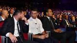 Cristiano Ronaldo et Lionel Messi en discussion à l'occasion du tirage au sort de la phase de groupes cette saison