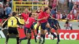 Alfonso celebra su dramático tanto para España en la UEFA EURO 200
