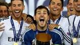 Real-Kapitän Iker Casillas mit dem Superpokal