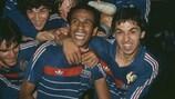 Жан Тигана и Ален Жиресс празднуют победу сборной Франции на ЧЕ-1984