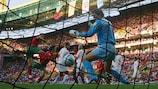 Криштиану Роналду забивает голландцам в полуфинале ЕВРО-2004