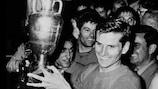 Il capitano dell'Italia Giacinto Facchetti con il trofeo