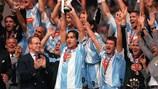 El capitán de la Lazio, Alessandro Nesta, levanta el título de la Supercopa de la UEFA de 1999