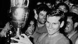 Italiens Kapitän Giacinto Facchetti mit dem EM-Pokal