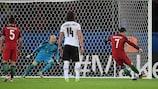 Cristiano Ronaldo marca um penalty por Portugal frente à Áustria no EURO 2016