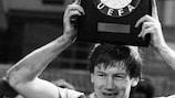 Кеннет Макнот с наградой за победу в Суперкубке УЕФА