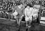 Jimmy Case (Liverpool) en discussion avec son compatriote anglais de Hambourg Kevin Keegan avant le match retour à Anfield
