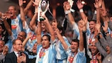 Alessandro Nesta, le capitaine de la Lazio, brandit la Super Coupe (Photo by Popperfoto via Getty Images/Getty Images)