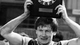Ken McNaught brandit le trophée de la Super Coupe de l'UEFA