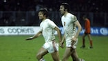 Ladislav Jurkemik y Anton Ondrus celebran uno de los goles de Checoslovaquia