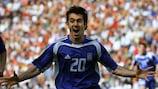 Il greco Giorgios Karagounis segna nella gara d'apertura vinta sul Portogallo a EURO 2004