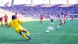 Michel Platini marca de penalti