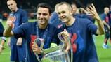 Andrés Iniesta (à direita) com Xavi Hernández após conquistarem ambos o quarto troféu da UEFA Champions League pelo Barcelona