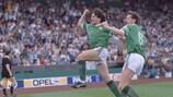 Ray Houghton celebra su gol con Ronnie Whelan