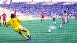Мишель Платини забивает бельгийцам с пенальти