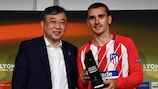 Antoine Griezmann receives the man of the match award from Han-Jun Kim, president of Hankook Tire Europe