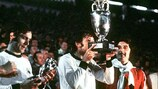 Antonín Panenka besa el trofeo en la final del Campeonato Europeo de 1976