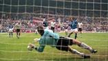 Andreas Köpke detiene el penalti de Zola