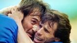 Pierluigi Casiraghi es abrazado por Gianfranco Zola