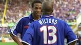 Thierry Henry y Sylvain Wiltord celebran uno de los goles