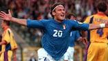 Francesco Totti celebra uno de los dos goles de Italia que les valió para meterse en semifinales a costa de Rumanía