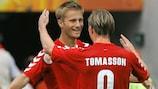 Jon Dahl Tomasson celebra su gol con Martin Jørgensen