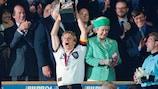 Jürgen Klinsmann levanta el trofeo en la EURO'96