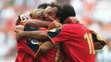 Los jugadores españoles celebran el gol de Etxeberria