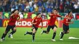 Los jugadores de España celebran el triunfo en Viena