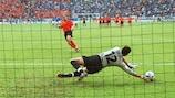 Francesco Toldo détourne le tir au but de Paul Bosvelt à l'EURO 2000