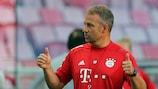 Hans-Dieter Flick durante uma sessão de treino do Bayern