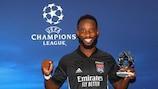 Moussa Dembélé com o seu prémio pela sua exibição nos quartos-de-final