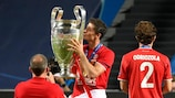 Robert Lewandowski celebra com o troféu da UEFA Champions League