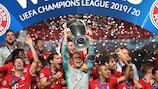 Il Bayern esulta a Lisbona dopo il gol di Coman al Paris Saint-Germain nella finale di UEFA Champions League