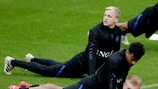 Donny de Beek fa stretching in allenamento