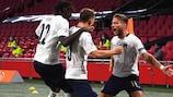 A Itália festeja o golo da vitória apontado por Nicolò Barella