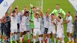 Les joueurs du Real brandissent le trophée