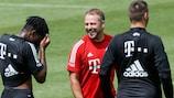 Hansi Flick descontraído durante um treino do Bayern