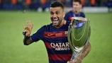 Dani Alves festeja a conquista da sua quarta Supertaça Europeia