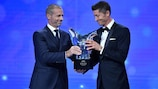 Robert Lewandowski receives his award in 2020