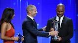 Александер Чеферин вручает Награду президента УЕФА Дидье Дрогба