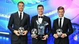 Manuel Neuer, Robert Lewandowski e Joshua Kimmich, todos do Bayern, com os seus prémios ganhos em 2020