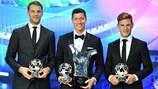 Manuel Neuer, Robert Lewandowski y Joshua Kimmich del Bayern con sus premios en 2020