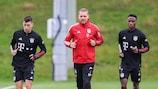 Marc Roca (links) und Bouna Sarr (rechts) bei ihrem ersten Bayern-Training