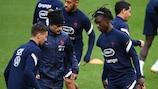 Эдуардо Камавинга на тренировке перед матчем с Португалией