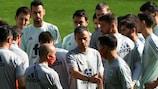Luis Enrique dando instrucciones a sus jugadores en el entrenamiento
