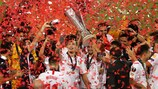 COLOGNE, GERMANY - AUGUST 21: Players of Sevilla FC celebrate with the UEFA Europa League Trophy following victory in the UEFA Europa League Final between Seville and FC Internazionale at RheinEnergieStadion on August 21, 2020 in Cologne, Germany. (Photo by Lars Baron/Getty Images)