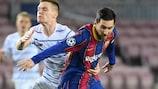 Messi se libera de la marca de un rival en la ida
